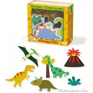 Un coffret de jeu magnétique en bois signé Vilac avec 20 pièces magnétiques en bois sur le thème des dinosaures. A partir de 2 ans+