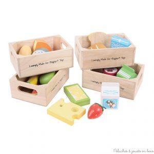 Ces caisses de produits frais en bois contiennent jus de pomme, yaourt, boite de lait, barre de céréales, banane, fraise, pomme, part de pastèque, orange, toast, 2 morceaux de pain, pain au chocolat, riz, pâtes, 5 fromages, 1 œuf. Idéales pour jouer à la marchande ou à la dinette 21 pièces en bois. Taille des caisses 16 x 11 x 6 cm. Normes CE EN71