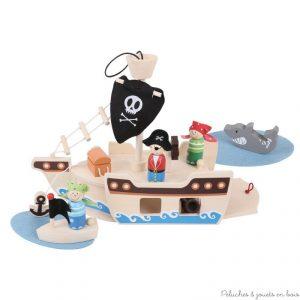 Un charmant et très complèt bateau de pirate en bois de la marque Bigjigs avec de nombreux accessoires de jeu à transporter partout bien rangés dans la soute du bateau. A partir de 3 ans+