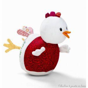 Une très charmante poule culbuto Ophélie en tissus avec un joli son de clochettes musicales de la marque Lilliputiens. A partir de 0 mois+