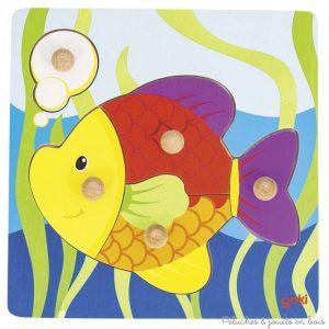 Un puzzle à encastrements en bois poisson avec de très grandes pièces, un bouton en bois et des couleurs vives, de la marque Goki. A partir de 1 an+