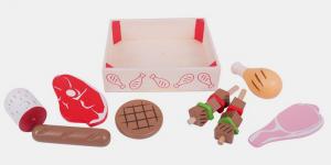 Cette caisse d'assortiment de 8 produits du boucher en bois contient 1 tranche de boeuf, 1 pilon de poulet, 1 saucisse, 1 steack haché, 1 saucisson, 2 brochettes, 1 tranche de bacon. Un ensemble parfait pour jouer à la marchande ou à la dinette. Taille de la caisse 18 x 14 x 5 cm. Normes CE EN71