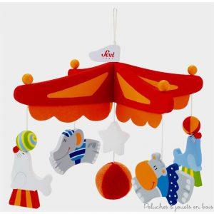 Un très joli mobile de décoration de 5 pièces en bois peintes et une balle hochet sur le thème amusant et gai du cirque, de la marque Sévi.