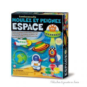 Un kit de moulage en plâtre à peindre Espace de la marque 4M pour créer des magnets de réfrigérateur et des badges fluorescents. A partir de 5 ans+