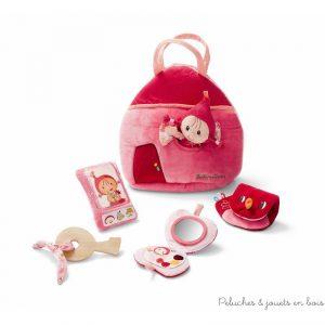 Un sac à main réversible Chaperon rouge avec deux poches, une adorable poupée Chaperon Rouge, un smartphone avec sonnerie qui craint le grand méchant loup, un poudrier avec miroir, un porte-monnaie et une clé en bois de la marque Lilliputiens. A partir de 10 mois+