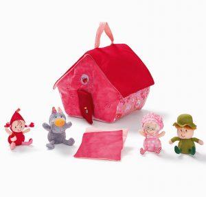 Une jolie maison en textile que tu pourras emmener partout avec ses quatres habitants : Le chasseur, la grand mère, le loup et le chaperon rouge. Un ensemble signé Lilliputiens. A partir de 18 mois+