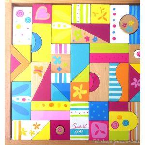 Un puzzle, une mosaïque et un jeu de construction de 53 pièces aux formes variées sur le thème coloré Susibelle de la marque Goki. À partir de 3 ans+