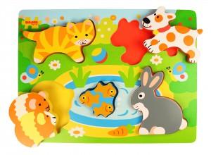Un puzzle en bois coloré et vivant pour les tout-petits avec 5 grosses pièces en relief pour permettre aux petites mains de les attraper plus facilement. Sur le thème des animaux de compagnie. Taille 30 x 22 x 1,2 cm.
