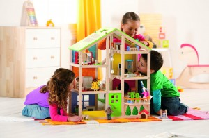 la maison 4 saisons Hape, entièrement meublée est toute ouverte et de grandes dimensions pour permettre à plusieurs enfants de jouer ensemble.
