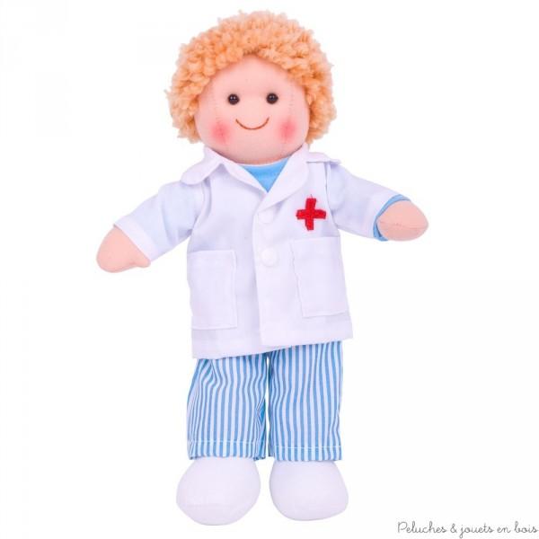Cette sympathique poupée de chiffon est prénomée Thomas (Tommy en Angleterre) c'est un Docteur,
