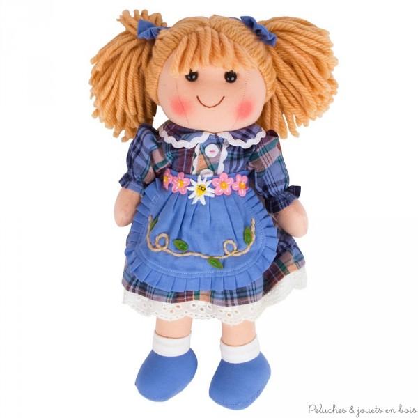 Adorable poupée de chiffon Cathie est gaie et colorée, idéale pour faire des câlins, elle porte une jolie tenue et est appelée à devenir très vite ta meilleure amie ! Taille 35 cm.