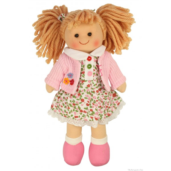 Adorable poupée de chiffon, Poppy est gaie et colorée, idéale pour faire des câlins, elle porte une jolie tenue et est appelée à devenir très vite ta meilleure amie ! Taille 28 cm.