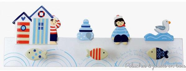 Ce Porte-manteau 3D blanc sur le thème bord de mer de la marque Le Coin des enfants, sera bien pratique pour accrocher ses premiers vêtements. C'est aussi une idée de cadeau de naissance pour décorer la chambre de bébé. A partir de 0+