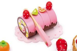 Gâteaux, biscuits, chocolats, sucettes, glaces, fruits, dont certains sont a découper grâce aux attaches à scratch à l'aide du couteau en bois. Les assiettes, tasses et le plateau de bois sont décorés avec soin.