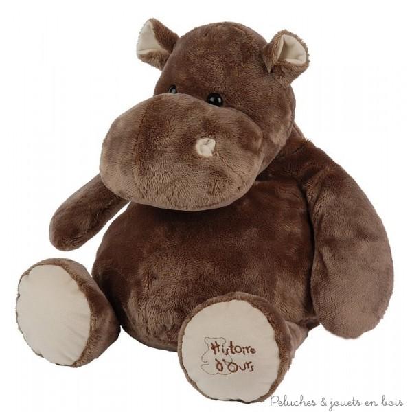 Un hippo super géant en peluche de 80 cm tout doux et très câlin de la marque Histoire d'Ours pour faire craquer petits et grands. A partir de 0m+