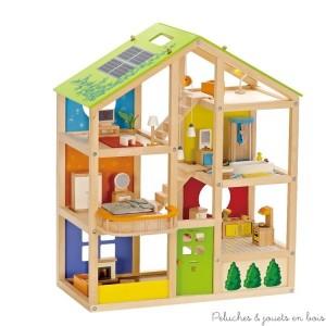 """De multiples façons de jouer avec cette maison des 4 saisons de 5 pièces en bois d'érable toute meublée qui contient une grande chambre à coucher, une salle de télévision salon, une salle de bain et de douche et une cuisine. Les escaliers sont amovibles et le toit est équipé de panneaux solaires réversibles avec version été et hiver qui seront source d'inspiration pour des activités passionnantes tout au long de l'année. Son coté """"open-space"""" facilite le jeu et l'aménagement. Dimensions: 76 x 60 x 40 cm. Famille de poupées vendue séparément. Normes CE"""