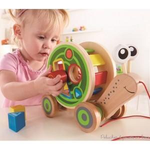 Escargot à tirer trieur boite à formes, un jouet en bois signé Hape