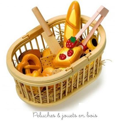 Bretzel, petit pain, baguette, gâteau et tant d'autres délicieuses patisseries à découper à utiliser avec un couteau en bois et une pince, le tout dans un joli panier en bois à anses. A partir de 3 ans+