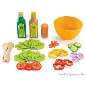 Un set de salade avec des légumes en feutre (salade, tomates, oignons, poivrons, concombres…) du vinaigre, de l'huile d'olive, une salière, un saladier et des couverts à salade en bois. Normes CE