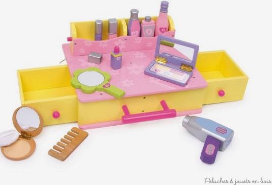 """Une malette en bois contenant tout un ensemble pour se coiffer et se maquiller """"pour de faux"""" pour se faire belle comme maman. A partir de 3 ans+"""