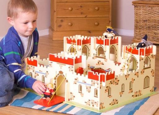 Un très beau château fort en bois avec créneaux, tours, pont levis et même un donjon pour enfermer les ennemis capturés ! Pour commencer à jouer de suite, le set comprend 6 personnages en bois articulés, 1 roi, 2 chevaliers rouges, 2 chevaliers bleus et 2 chevaux, sans oublier Merlin l'enchanteur. Taille 29 x 60 x 48 cm. Normes CE. Nécessite un assemblage initial simple par un adulte.