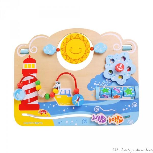 Un très joli tableau d'activité en bois sur le thème de la mer signé Bigjigs avec 5 sortes de jeu sur le thème des couleurs des formes et du mouvement pour aider bébé dans l'acquisition de la motricité fine. A partir de 6 mois+