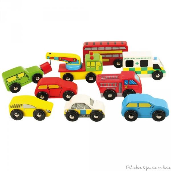 Lot de 9 véhicules en bois de la marque bigjigs toys pour jouer seul ou avec les circuits de train et de voitures. A partir de 3 ans+