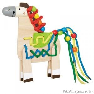 Un très joli poney en bois que l'on peut assembler puis décorer de diverses manières avec des fils de couleur et des perles colorées. Lacer ces fils et ces perles favorise la réfléxion, la dextérité manuelle et la créativité. A partir de 3 ans+