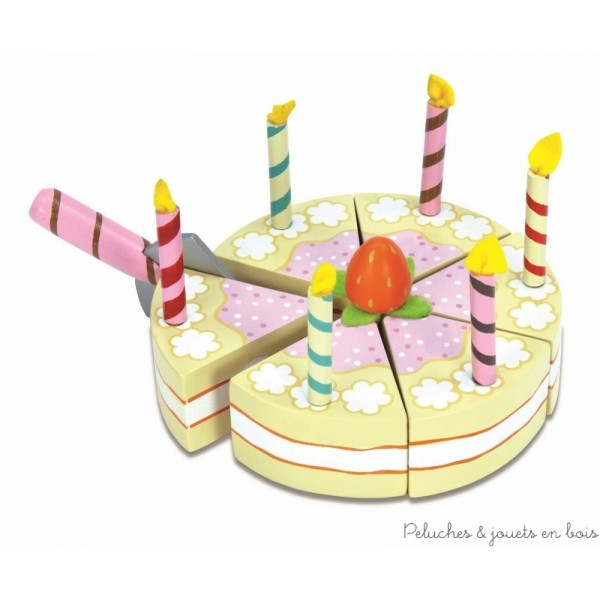 Dans la collection Honeybake de la marque Le Toy Van, un superbe gateau d'anniversaire à la vanille avec 6 bougies. Tu peux le couper en 6 parts grâce à la pelle et aux attaches vecro et découper un joli napperon pour le présenter au dos de la boite. A partir de 3 ans+