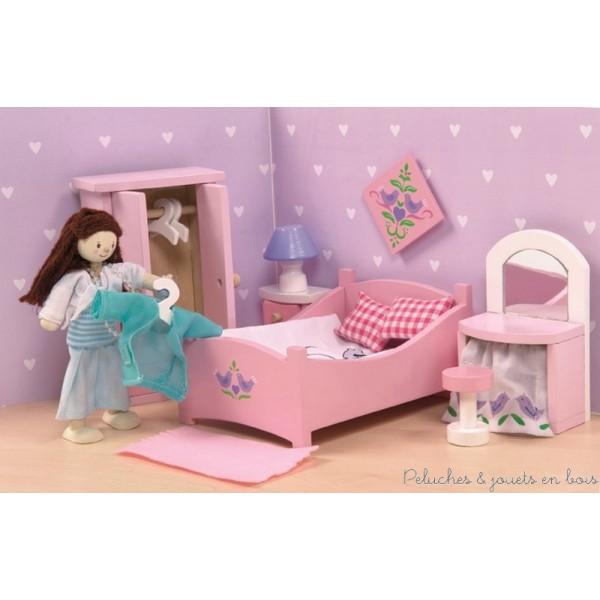 La chambre des parents avec ses accessoires. Meubles et accessoires sont à l'échelle des poupées articulées en bois et seront parfaits pour équiper les maison de poupée en bois. A partir de 3 ans+