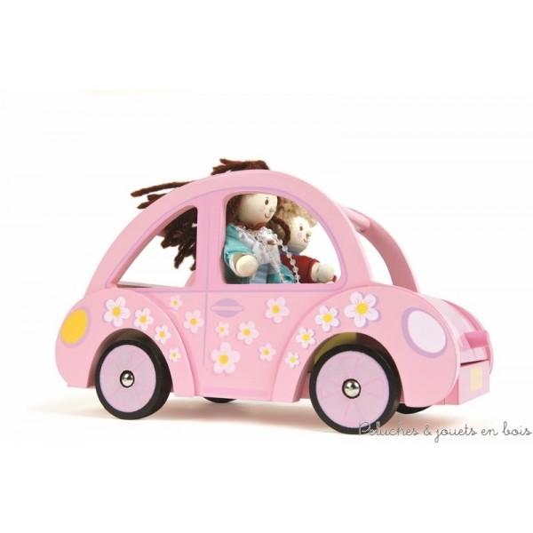 Un charmant motif floral pour cette voiture de poupée rose. Jouets en bois peint conçus en Grande Bretagne et produits en Indonésie suivant des lignes éthiques de travail et écologique pour le renouvellement des matières premières. Dimensions : 11 x 12 x 22 cm. Poupées vendus séparément. Normes CE.