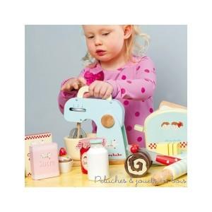 Dans la collection Honeybake de la marque Le Toy Van un set pour mixer avec un bras et un bol amovible ainsi qu'un batteur qui tourne vraiment à l'aide d'une molette. Des ingrédients de jeux, boite de sucre, paquet de farine, bouteille de lait et oeuf sont inclus dans l'ensemble. A partir de 3 ans+