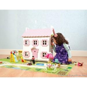 """La maison de poupée est un jouet attendue par toutes les petites filles de la terre au moment de leur anniversaire et a fortiori pour Noël ! Le cadeau idéal - dès 3 ans et jusqu'à 10 ans - qui fait toujours plaisir même aux plus grandes, car cet """"univers en miniature"""" que l'enfant se crée dans """"sa maison"""" de poupée est incomparablement évolutif dans le temps ! Incomparable aussi pour permettre à la fois l'évolution de l'enfant et pour s'adapter aussi très facilement au gré du changement de ses goûts ou de ses envies; la maison de poupée est un modèle en miniature pour l'enfant, pour mieux se construire et lui permettre de s'adapter plus vite. Le grand nombre d'accessoires pour les maisons de poupées est extrêmement étendu...à vous de les découvrir !"""