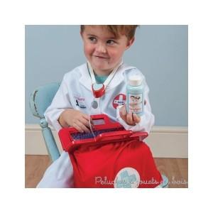 Dans la collection Honeybake de la marque Le Toy Van, une malette de docteur en tissus rouge bien garnie de jouets d'imitations comprenant : 1 stéthoscope, un thermomètre, 1 seringue, 1 marteau pour vérifier les réflexes, 1 tensiomètre, 1 otoscope pour ausculter les oreilles, des ciseaux et deux flacons de médicament. A partir de 3 ans+