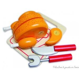 Un poulet roti en bois avec un système de scratch à découper livré avec son matériel de découpe en bois signé Vilac. Idéal pour jouer au pique-nique, à la marchande ou a la dinette. A partir de 3 ans+