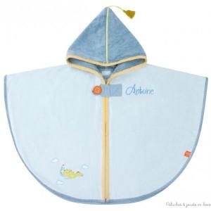 Idéal pour un cadeau de naissance personnalisé ou comme cadeau bébé pour Noël, cette cape de bain bleue avec capuche thème Dragon bleu est en éponge velours toute douce et sera brodée avec le prénom de l'enfant, Collection bain de velours signé l'Oiseau Bateau.