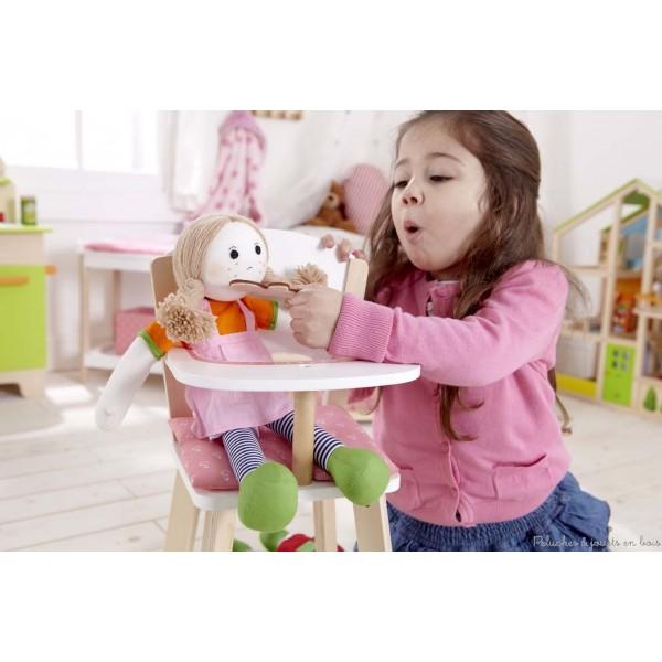Une jolie chaise haute en bois pour poupée, de couleur bois naturel, blanc et rose de la marque Hape. A partir de 3 ans+