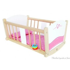 Un très joli berceau à bascule en bois en bois pour poupée,avec sa parure de lit en textile, un ensemble de couleur bois naturel, blanc et rose de la marque Hape. A partir de 3 ans+