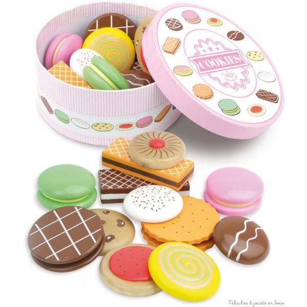 Une charmante boîte à biscuits ronde joliment décorée et contenant 12 délicieux petits bicuits en bois peint de la marque Vilac. A partir de 3 ans+