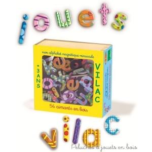 Un coffret en bois contenant un alphabet de 56 lettres minuscules magnétiques en bois, signé Vilac. A partir de 3 ans+