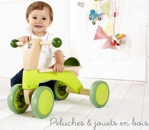 Ce porteur scooteur sans pédales encourage les premières petites promenades courtes pour développer la force musculaire et renforcer l'équilibre. Au fils du temps la durée et la distance augmentent pour le plus grand plaisir de bébé qui se sent de plus en plus fort et confiant. Dimensions : 52 x 32.6 x 38.3 cm. Normes CE