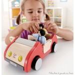 Une voiture familiale en bois accessoire pour famille de poupées en bois de la marque Hape. A partir de 3 ans+
