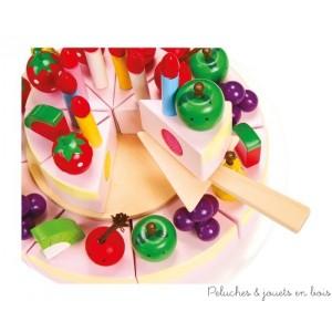 Ce magnifique gateau est d'abord à décorer avec les pièces à insérer comme fraises, pommes, raisins, poires, pastèques, cerises et aussi 8 bougies multicolores.Grâce à ses attaches à scratch les enfants pourront exercer leur motricité fine tout en samusant à découper le gateau à l'aide du couteau en bois. Avec un plat à gâteau, couteau et fourchette ainsi que pelle à gâteau en bois. Hauteur env 13 cm , diam 21 cm. Normes CE.