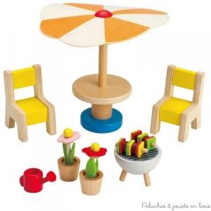 Des sièges, une table et un parasol, des fleurs et des brochettes sur le grill font de cet ensemble de jardin de la marque Hape, le lieu idéal pour une famille de poupée. A partir de 3 ans+