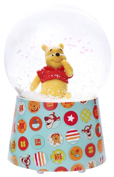 Un adorable Winnie dans une boule à neige à paillettes et à étoiles de la marque Trousselier. Un objet de décoration qui offre un spectacle magique et musical à partir de 3 ans+