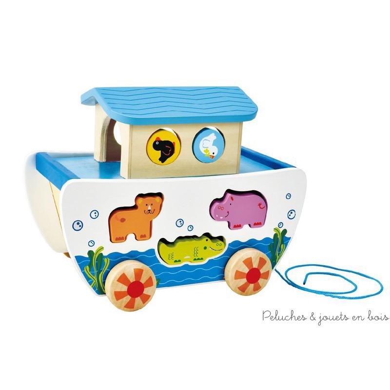 Une Arche de Noé boite à forme en bois peint et ses personnages, un ensemble sur roulette à tirer ou a pousser de la marque Hape. A partir de 12m+