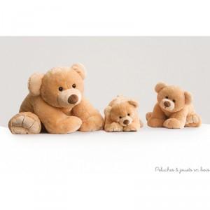 Un Gros'Ours couché géant de 90 cm, en peluche miel toute douce de la collection Bal'Ours de la marque Histoire d'ours. A partir de 0m+