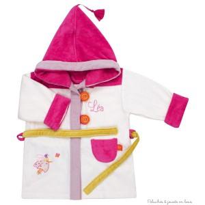 Idéal comme cadeau d'anniversaire ou comme cadeau déco, ce peignoir de bain écrue avec capuche rose thème Coccinelle écrue est en éponge velours toute douce et sera brodé avec le prénom de l'enfant, Collection bain de velours signé l'Oiseau Bateau. Taille 2/4 ans