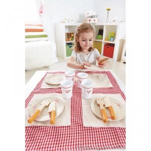 Un set de déjeuner au design frais en bois peint et textile de la marque Hape. Invite tes amis ! tu as tout ce qu'il faut pour réaliser le déjeuner parfait ! A partir de 3 ans+