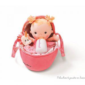 Avec ce bébé Louise imite maman et dorlote ta poupée préférée. Donne-lui le biberon, déshabille-la, change sa couche et lorsque vient l'heure de dormir, couche là dans son couffin Douillet en prenant soin de ne pas oublier son doudou. Dimensions 27 x18,5 x 8,5 cm. Lavable en machine à 30° cycle délicat. Normes CE EN71.